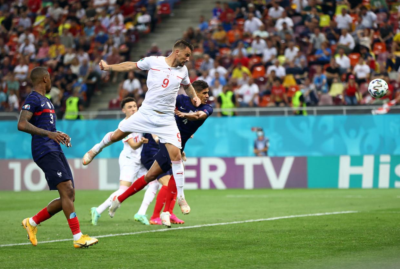 Haris Seferovic kopt de 3-2 binnen tegen Frankrijk. Beeld EPA