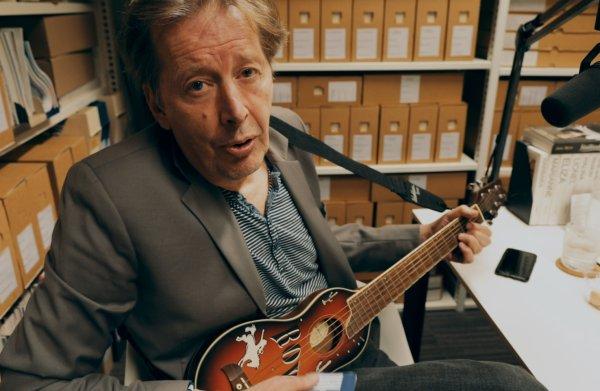Jan Rot speelt Geef me liefde in onze archiefkast