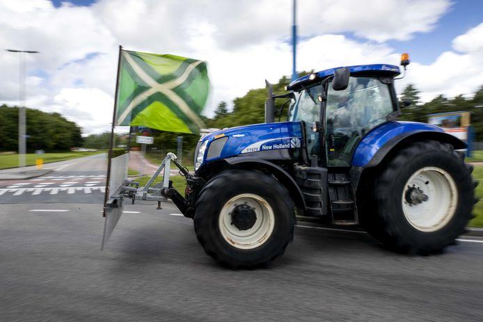 Boeren uit onder meer de Achterhoek verzamelen zich in Zoetermeer om actie te gaan voeren bij supermarktbranchevereniging CBL in Leidschendam.
