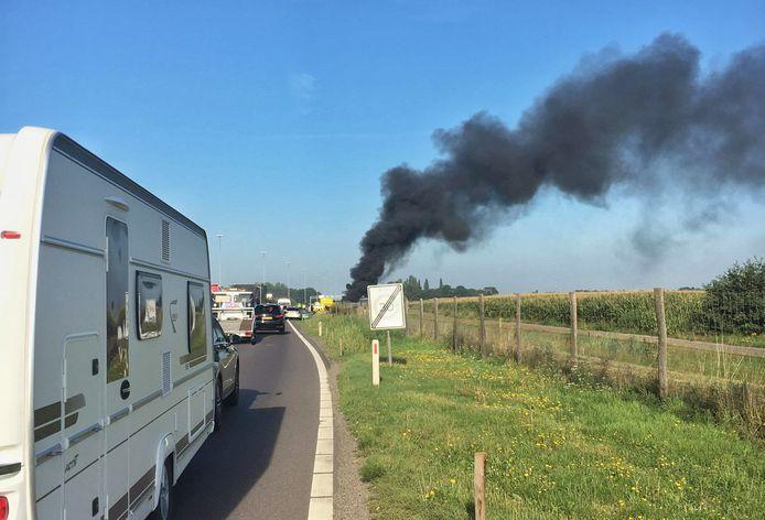 Auto's in brand op A58 bij Bavel