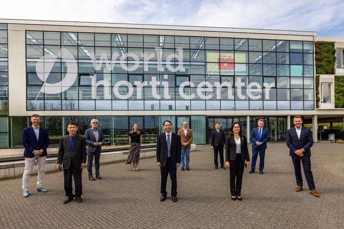 De Vietnamese delegatie op bezoek bij het World Horti Center in Naaldwijk.