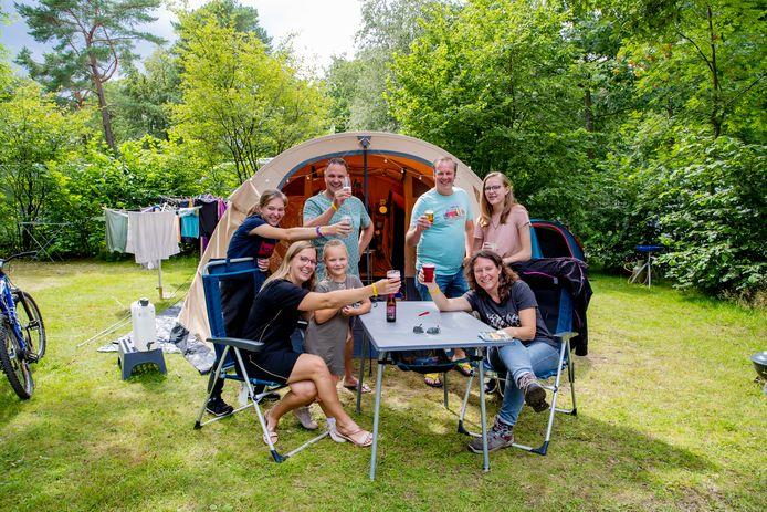 Gezin Dennis, Kim, Julie (16) en Evy (13) samen met gezin Brenda (zusje van Dennis), Arjan en Anne (5) op camping De Wildhoeve in Emst.