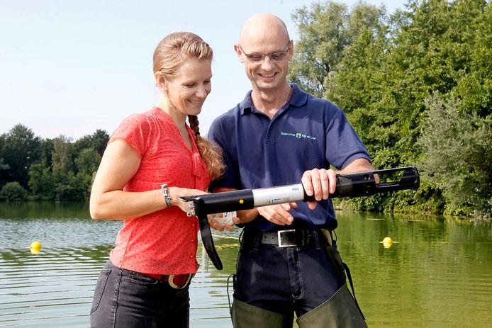 Waterschap Rijn en IJssel neemt watermonsters op het Hambroek ivm blauwalg. Merel Lammertink en Bob van IJzendoorn lezen de algentorch af.