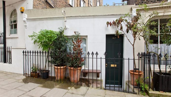 De voorgevel van het huisje in een chique buurt in Londen