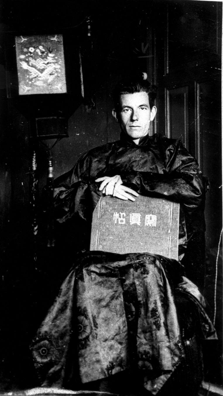 Dichter en schrijver Jan Jacob Slauerhoff poseert zittend in een Chinees gewaad, in de jaren twintig. Beeld Nationaal Archief/Collectie Spaarnestad