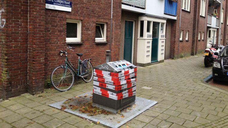 Een voorbijganger hoorde destijds huilgeluidjes uit deze ondergrondse container in Amsterdam. Beeld
