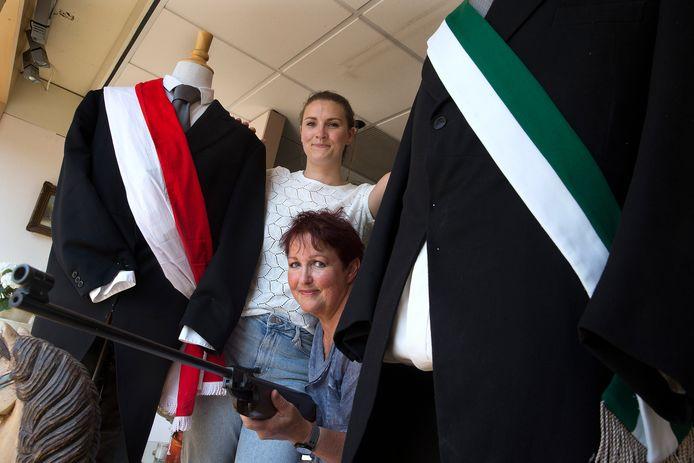 Anne-Roos Lamers heeft het voor elkaar gekregen dat vrouwen maandag mee mogen schieten bij het prijsschieten van EMM in Lobith, nadat moeder Ans dat 30 jaar geleden ook tevergeefs probeerde.