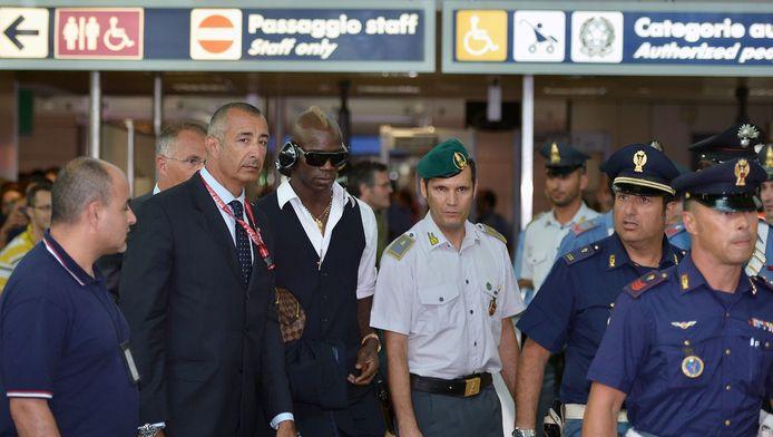 Op het vliegveld in Rome werd Balotelli in juni dit jaar begeleid door Italiaanse agenten, in Engeland dacht hij anoniem te kunnen blijven.