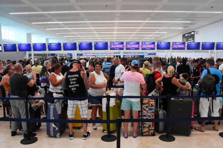 Een groepje gestrande reizigers van Thomas Cook op de luchthaven van Cancun in Mexico. Foto ter illustratie. Beeld AFP