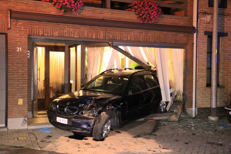 De geparkeerde auto van John en Maria werd in de vitrine van hun kapsalon gekatapulteerd.