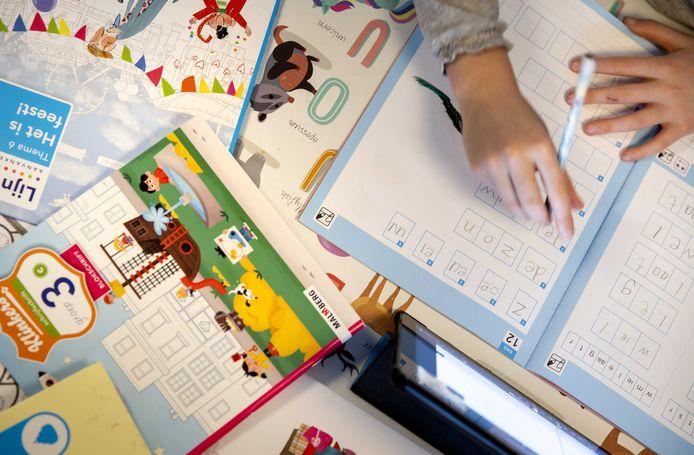 Een kind volgt thuis onderwijs tijdens de lockdown.