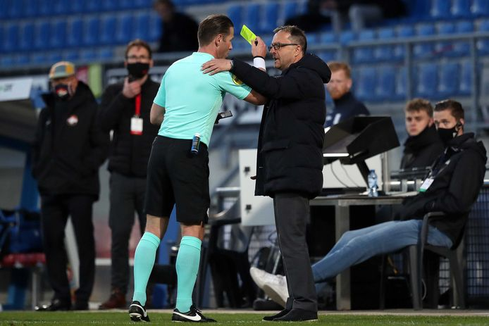 Scheidsrechter Makkelie geeft Willem II-trainer Zeljko Petrovic de gele kaart.