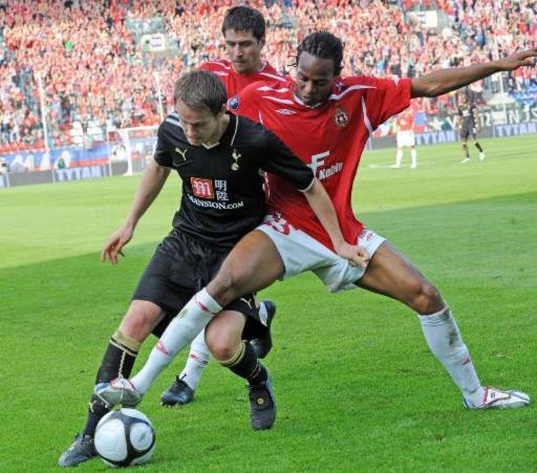 Cleber probeert Tottenham-rechtsachter Gunter van de bal te zetten. Beeld UNKNOWN