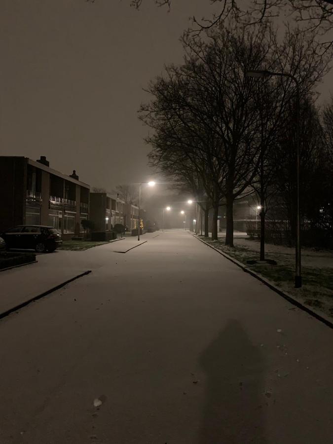 Een nog onaangetaste laag sneeuw in Tilburg op de Zorgvlied.