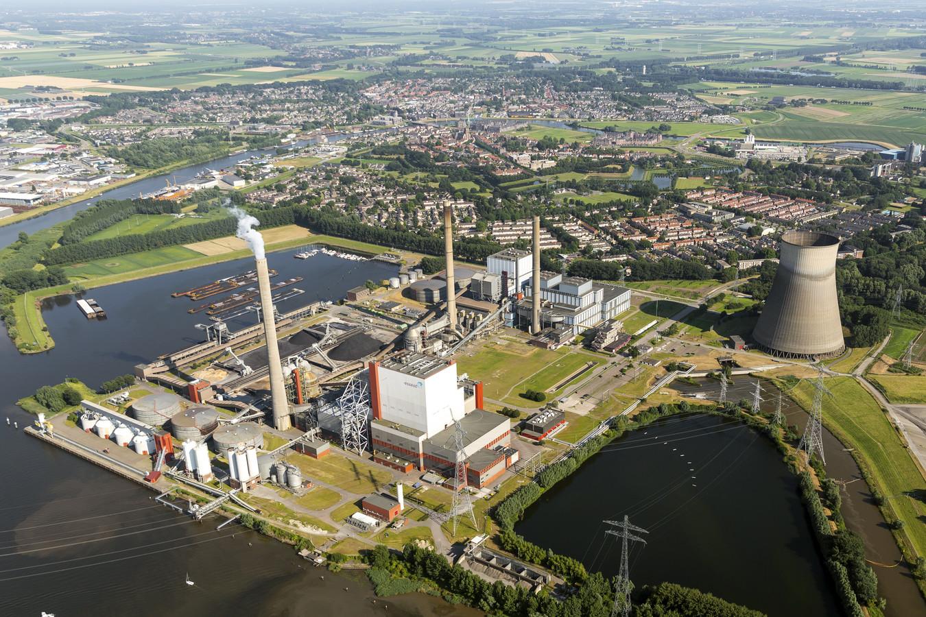De Amercentrale bij Geertruidenberg, vanuit de lucht gezien. Kan deze 'energiefabriek' worden gered, door hem (deels) om te bouwen tot een kerncentrale? Volgens oud-journalist Jan Bouwmans kunnen zulke stappen pas worden gezet, wanneer er een veilige oplossing is voor het verwerken van nucleair afval.