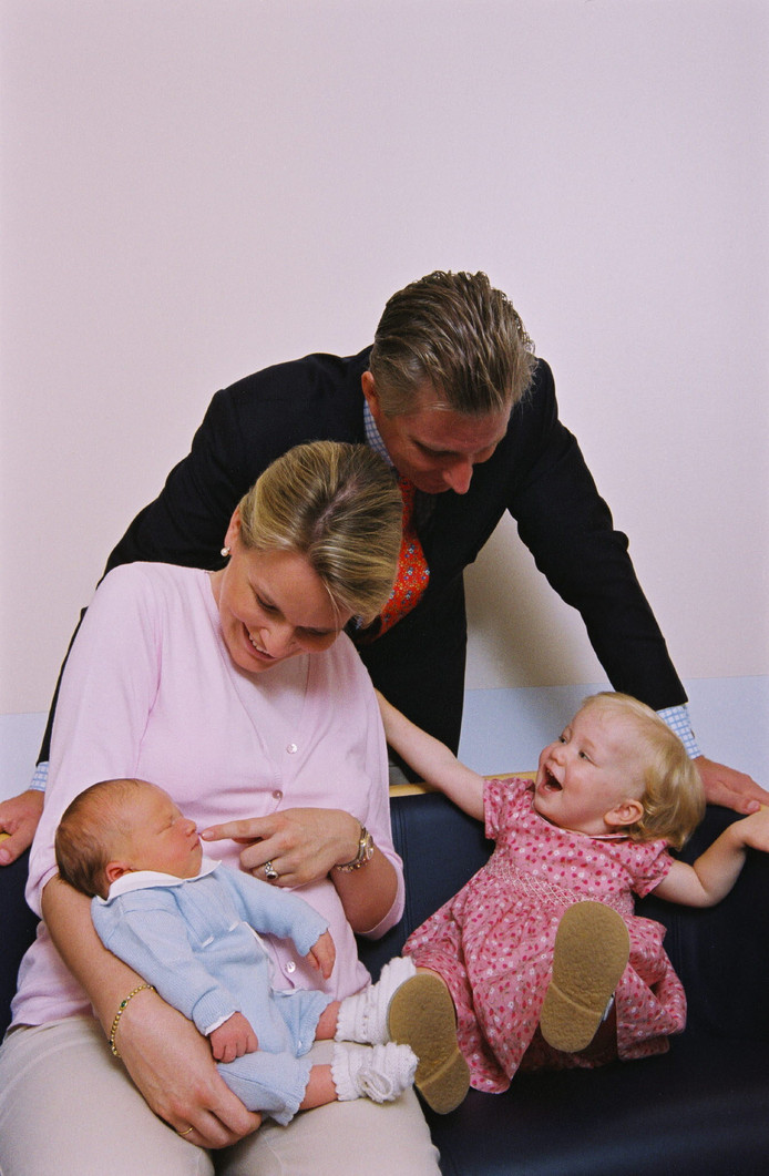 La princesse Elisabeth découvre son petit frère, le prince Gabriel.