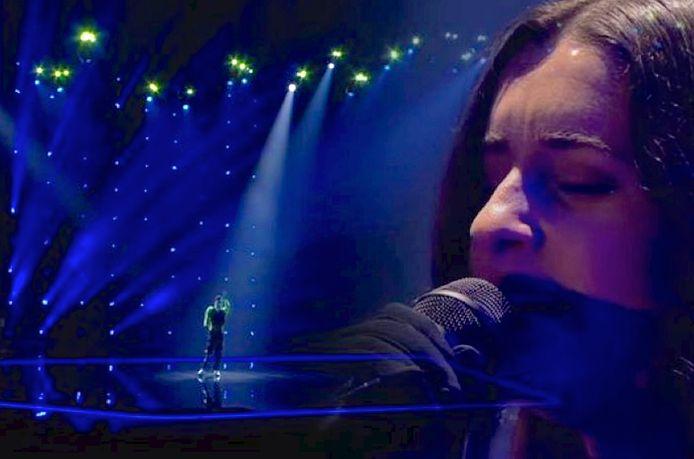Eefje de Visser tijdens de openingsact van de tweede halve finale van het Eurovisie Songfestival.