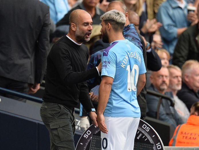 Een verhitte discussie tussen Pep Guardiola en Sergio Agüero na de wissel.