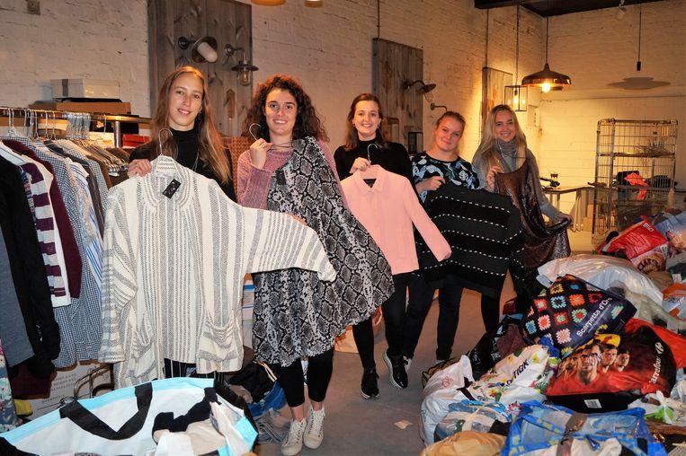 Mathilde Maes, Leonie Boone, Emma Callens, Laura Vertriest en Fleur Verfaillie zijn tweedehandskledij aan het sorteren voor de tweede editie van 'Tenue'.