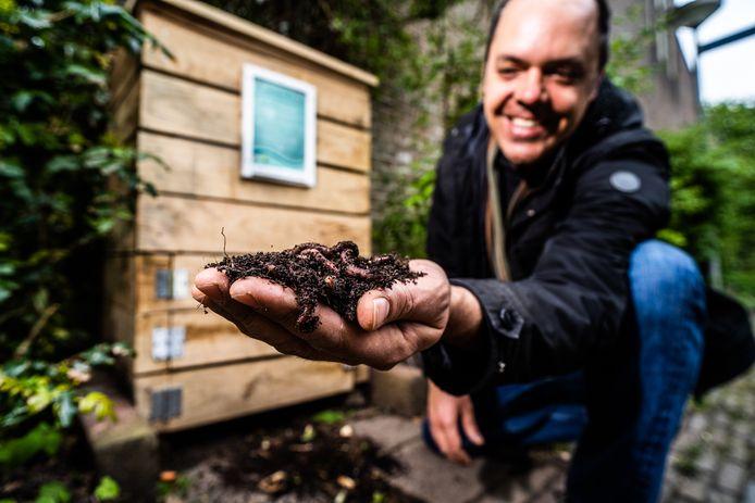 Spijkerbuurt-bewoner Tomas Postema is een van de hoteliers van het wormenhotel. Hij controleert het welzijn van de wormen. Zo checkt hij bijvoorbeeld regelmatig of er voldoende groen, karton en houtsnippers in de bak zitten.