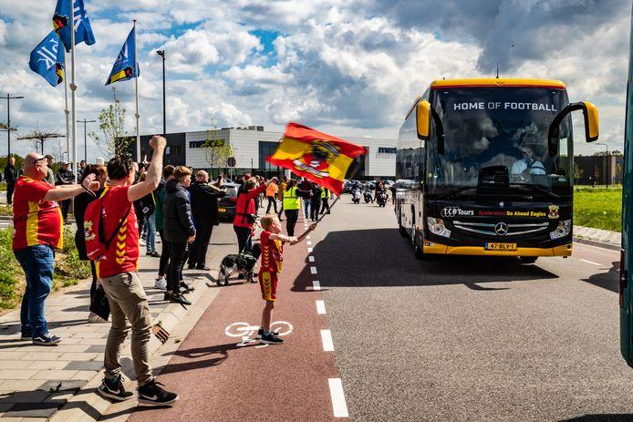 Stijn van Ekeren (met vlag) zwaait met de selectie van GA Eagles uit bij de parkeerplaats van hotel Van der Valk op bedrijventerrein A1.