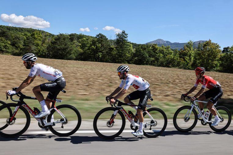 Joris Nieuwenhuis (links) tijdens de Tour de France. Beeld AFP