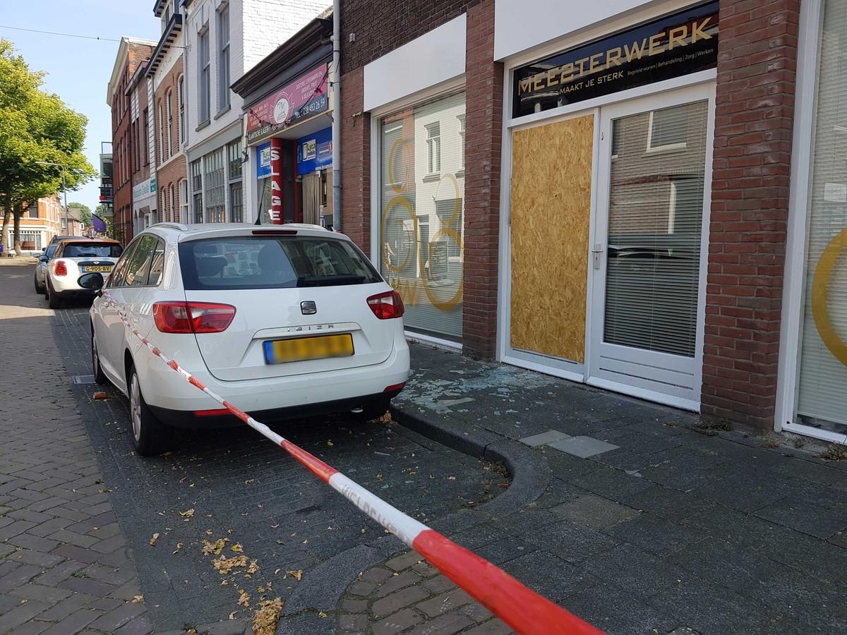 Door de explosie sneuvelden ramen en de deur.