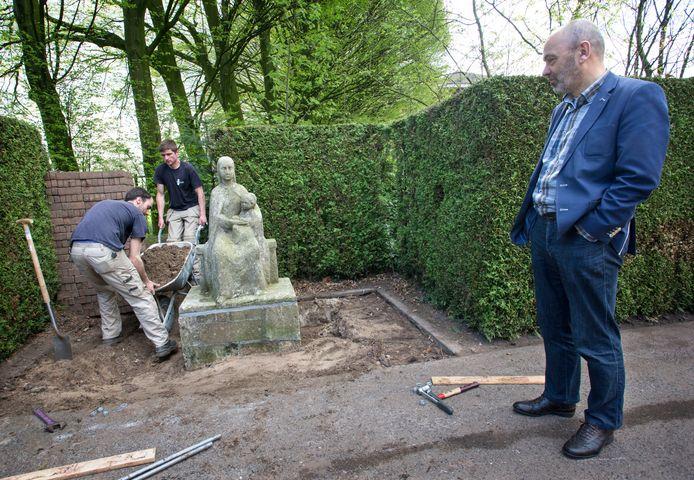 Vincent de Haas regelt als algemeen bestuurder van de congregatie Alles voor Allen de verhuizing van het klooster. Het Mariabeeld dat architect Oomen in 1952 schonk is al met een kraan overgezet.