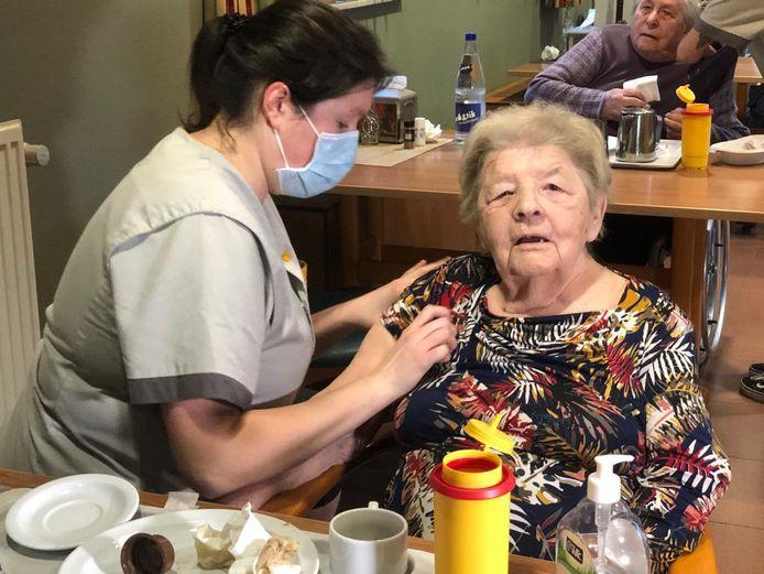 De bewoners, zoals Elza Janssens, werden donderdag gevaccineerd in wzc Sint-Rochus in Aarschot.