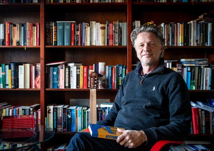 Andreas Floor heeft een nieuw boek geschreven: Afstand.