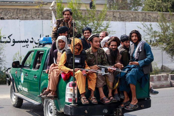 Leden van de taliban patrouilleren in de Afghaanse hoofdstad Kaboel.