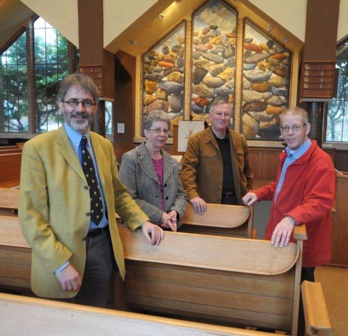 Phillipe Beukenhorst, Margriet Lorier, Henri Grünbauer en Leen Kamphuis (vlnr) tussen de banken in het kerkgebouw aan het Kerkplein. foto Peter Nicolai