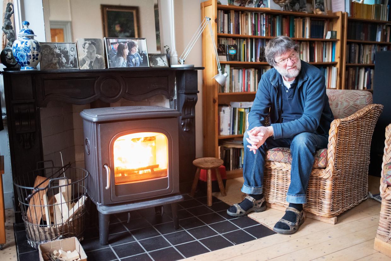 Richard Schoots heeft een nieuwe kachel, die het binnenmilieu nauwelijks beïnvloedt. Beeld Sabine van Wechem