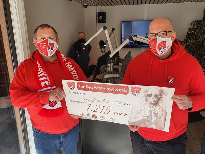Mario Blancke gaf de cheque aan Gert-Jan Derous (rechts) in de studio van Radio Meteor.