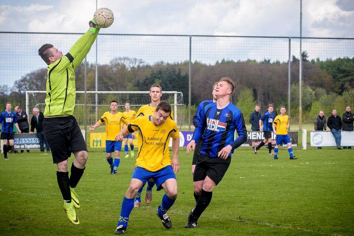 Hulsel (met gele shirts) in actie tegen Hapert.