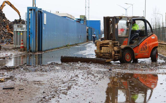 Straten bij AVI op Rietveldenkade worden schoon gemaakt na brand Den Bosch.