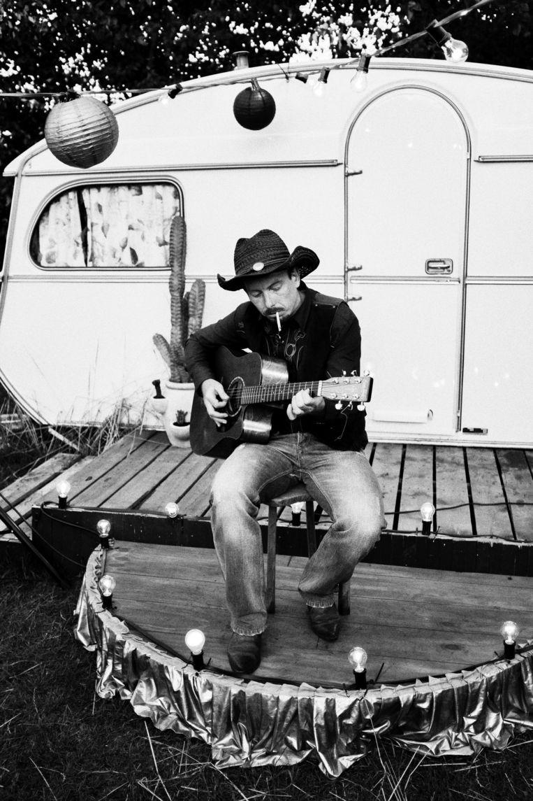 Lonesome cowboy zingt de ziel uit zijn lijf.