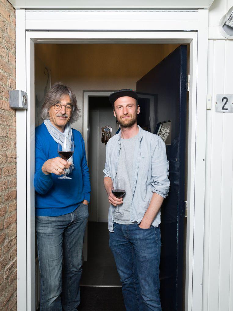 Filmer en regisseur Guido Hendrikx (rechts) op bezoek bij Jan le Pair, bij wie hij in 2014 filmend aanbelde zonder iets te zeggen.  Beeld Ivo van der Bent