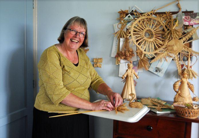 Wilma van Damme vlecht, zoals generaties landbouwers voor haar, kunstwerkjes van stro.