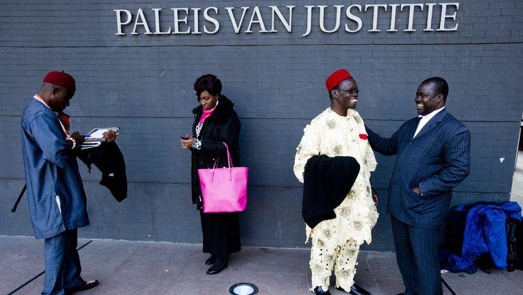De Nigeriaanse boer Chief Fidelis A. Oguru-Oruma, Nini Okey Uche van de Nigeriaanse ambassade en de boeren Eric Dooh en Alali Efanga staan bij de rechtbank voor aanvang van de rechtszaak van Milieudefensie tegen Shell wegens olielekkage in de Nigerdelta. Beeld ANP