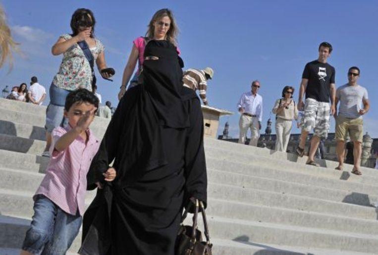 Vrouw met boerka in Parijs (archieffoto). EPA Beeld