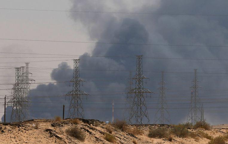 Na de aanval stegen dikke rookpluimen op vanop de olie-installaties. Beeld REUTERS