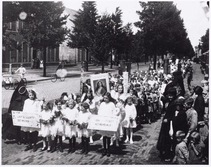 Een Kindsheidoptocht in de Tilburg in de twintiger jaren.
