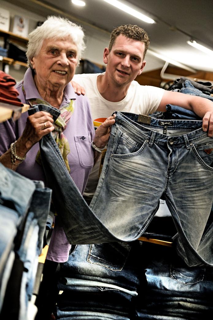 Ellie (oma) en Bas Vegter in gelijknamigie winkel