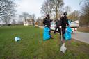 Mensen van Scalabor bezig met het opruimen van de laatste restjes afval in Park Sonsbeek.