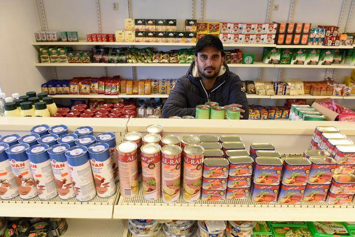 De Syrische vluchteling Zouelfekar Zeno opende een supermarkt in Maarheeze.