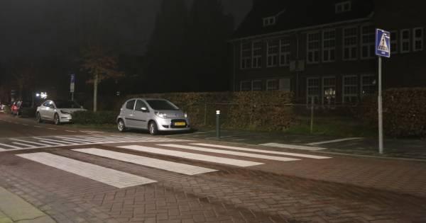Vrouw op zebrapad in Vught aangereden, automobilist laat haar zwaargewond achter.