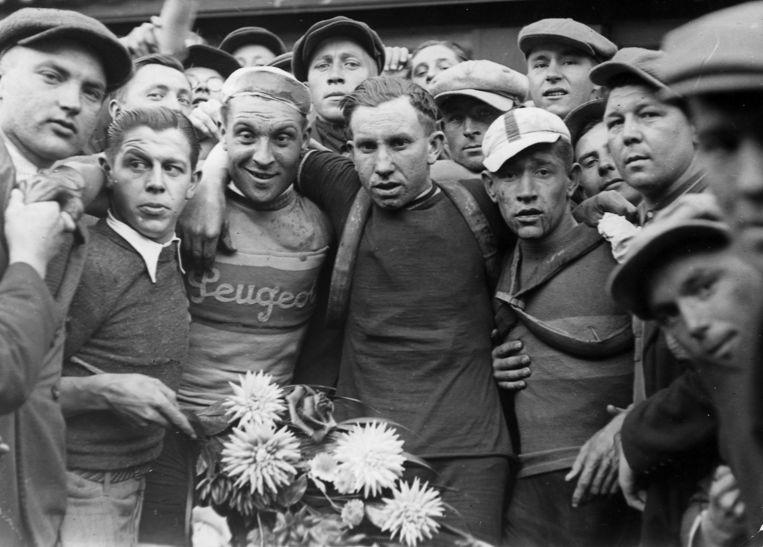 Twee jongens van bij ons: Briek Schotte (midden) werd tweede in de Grote Prijs van Kortrijk van 1939, na Berten Sercu (links). Beeld rv