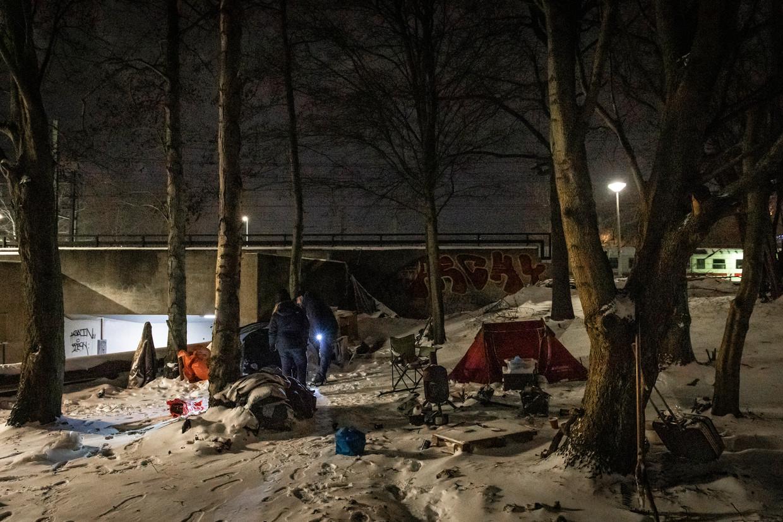 Een uit Soedan afkomstige vrouw wil haar tentenkamp niet verlaten.