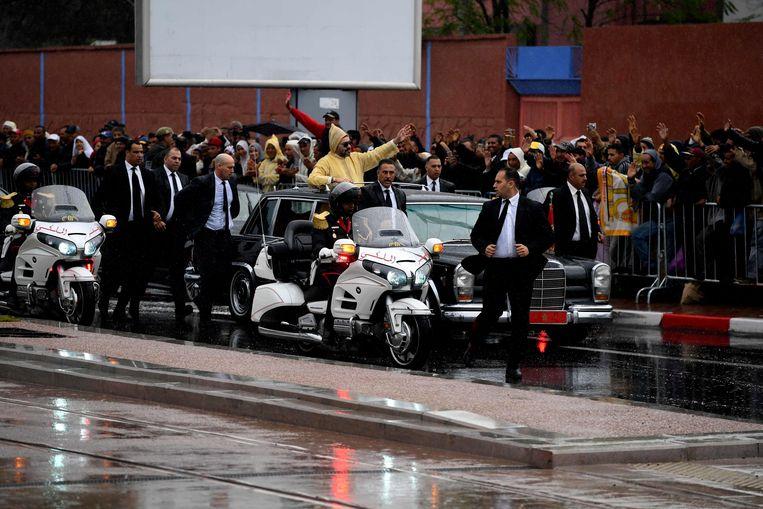 Koning Mohammed IV zwaait naar zijn onderdanen tijdens de verwelkoming van de paus.  Beeld AFP